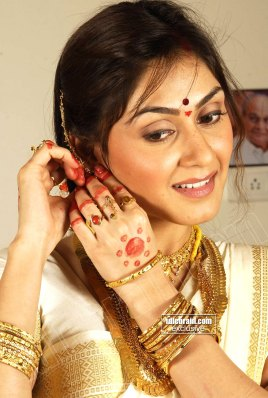 Cute MASALA DESI HOT Actress MANJARI FADNIS Lovely Pics in Traditional Saree
